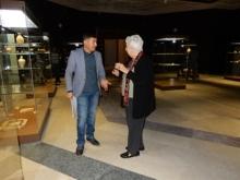 Dr Lamia Al Gailani Werr (Trustee) discussing displays with Qahtan Al Abeed